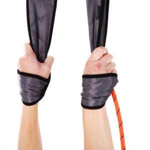 sicherer Griff in den Handschlaufen des REHAPE Sling Trainer